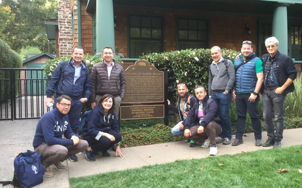 Italiani di Frontiera Silicon Valley Tour davanti al garage di Hewlett e Packard a Palo Alto, luogo di nascita di Silicon Valley