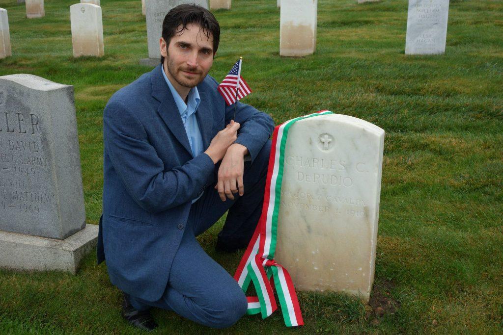 Vincenzo di Nicola, neocittadino USA,  sulla tomba di Carlo Camillo di Rudio