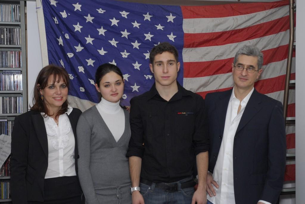 Foto di famiglia alla festa con amici, gennaio 2008, dopo aver ottenuto i sospirati visti USA per poter partire...