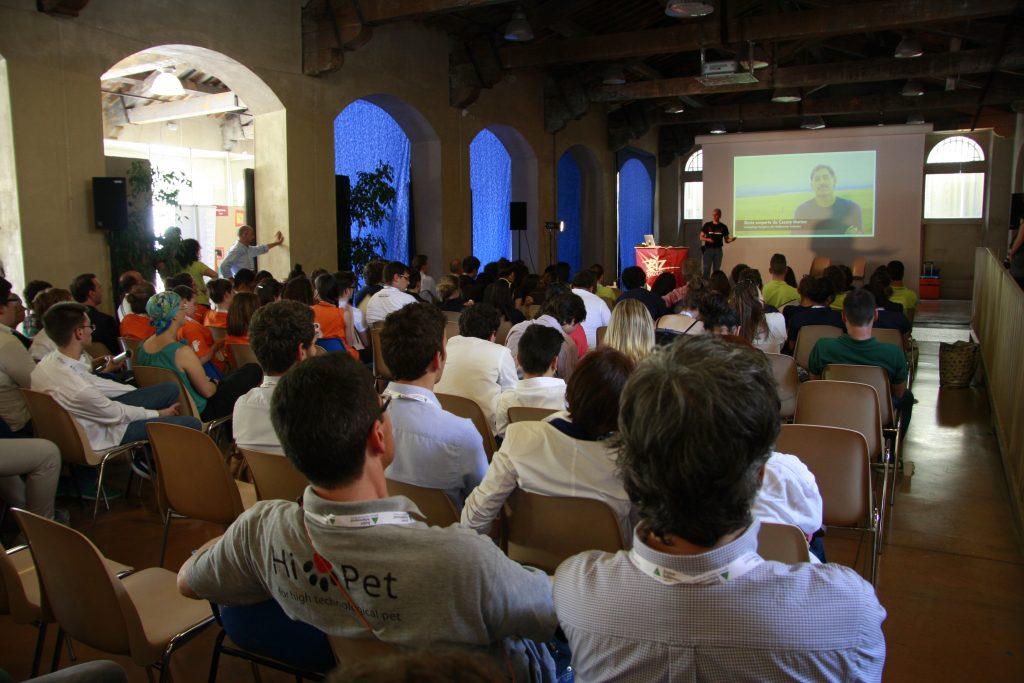 Platea di giovanissimi dall'archivio Italia i di Frontiera: evento Junior Achievement a Pisa
