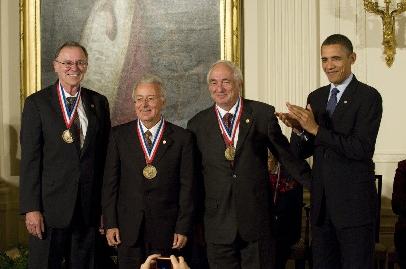 Federico Faggin premiato nel 2010 dal presidente Barack Obama con National Medal of Technology and Innovationl assieme a Ted Hoff e Stanley Mazor